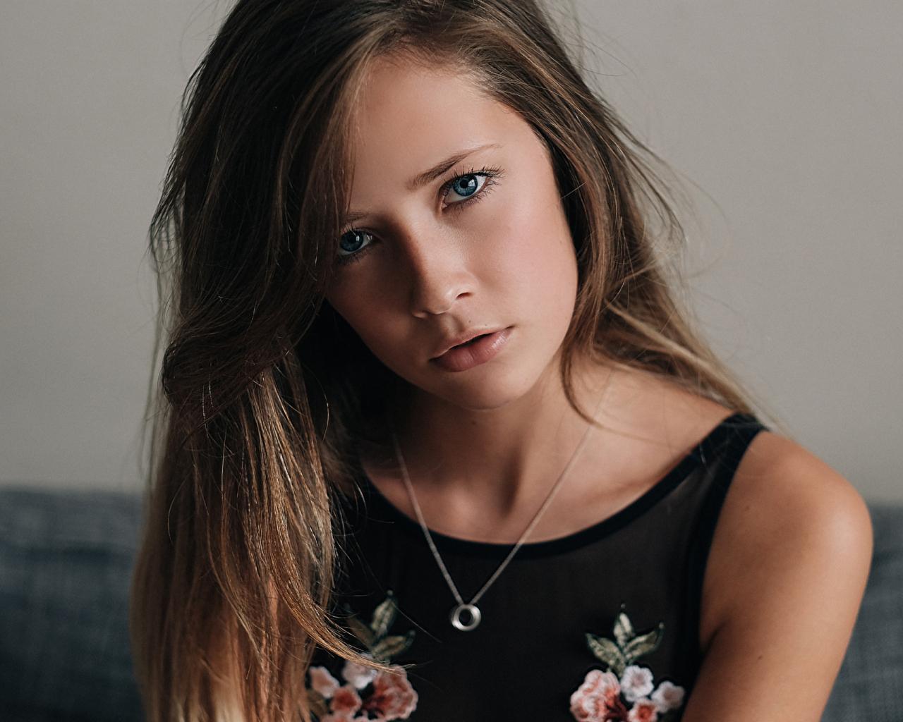 1280x1024 wallpaper Face, girl model, brunette