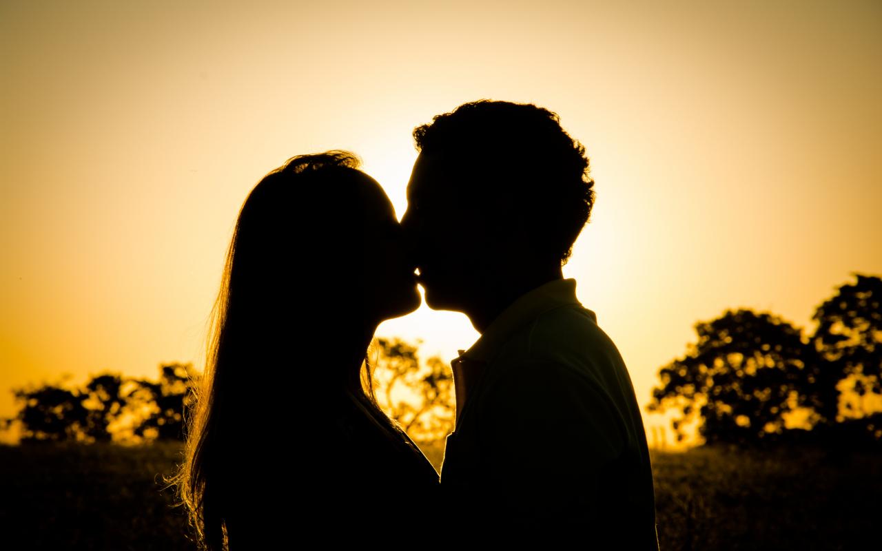 Download 1280x800 Wallpaper Kiss Couple Love Sunset Full Hd
