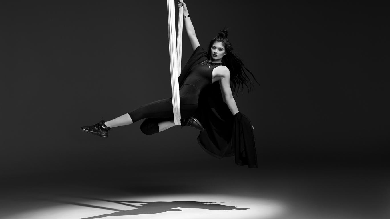 Download 1366x768 Wallpaper Kylie Jenner Puma Monochrome