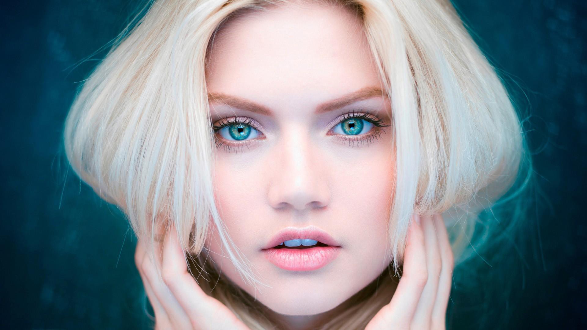 Блондинка с большими глазами #15