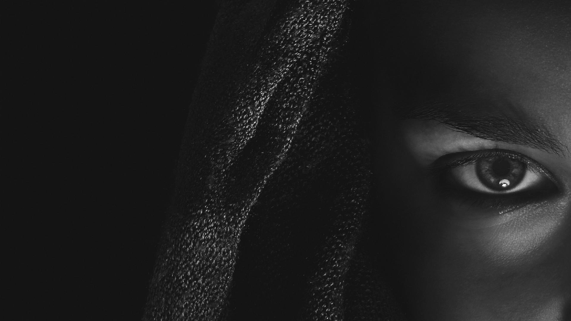 девушка в черном без смс