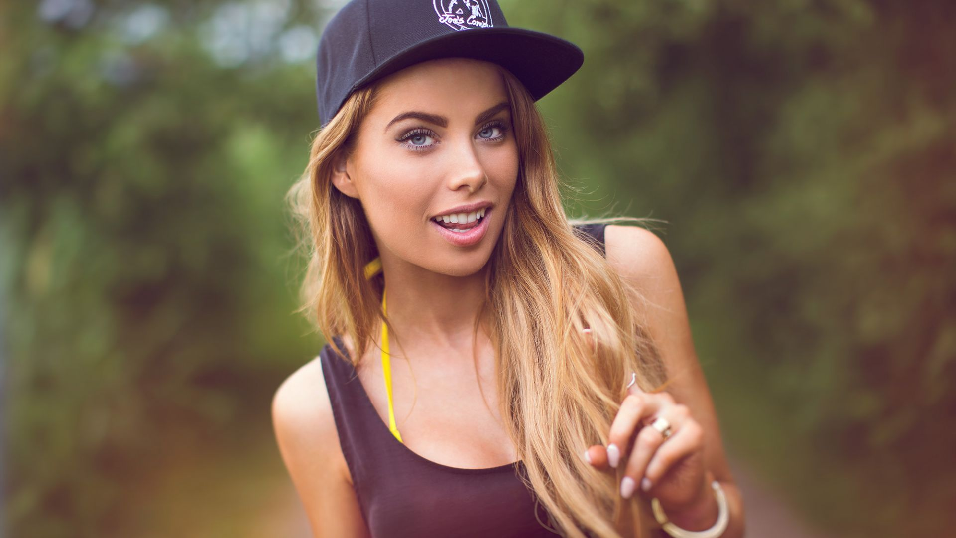 Girl model, blonde, outdoor, baseball cap