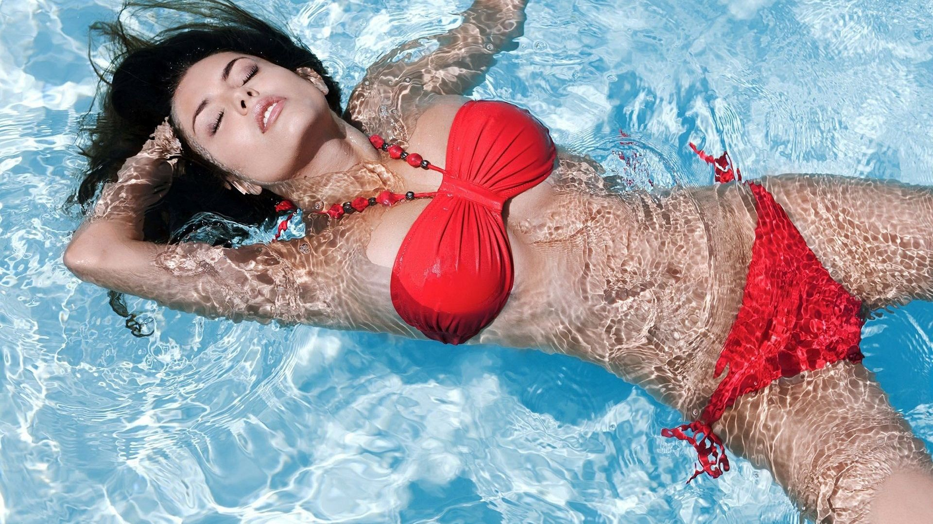 Wallpaper Sexy brunette in swimming pool