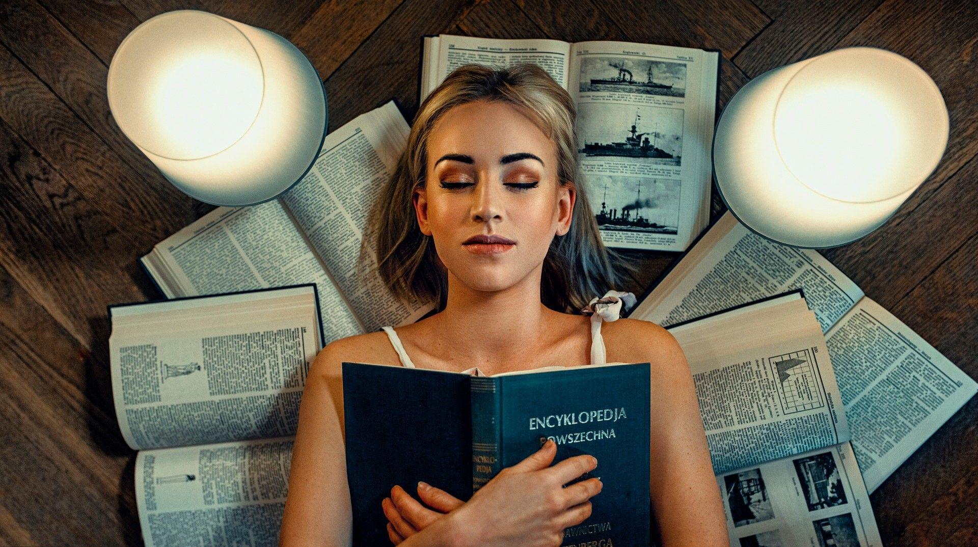 Wallpaper Aleksandra Wacyra reading books