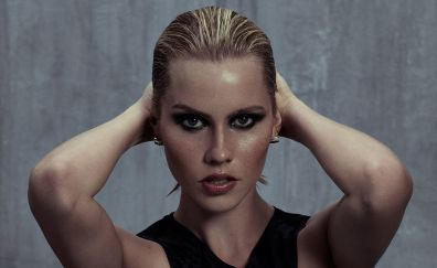 Hot American actress, Claire Holt