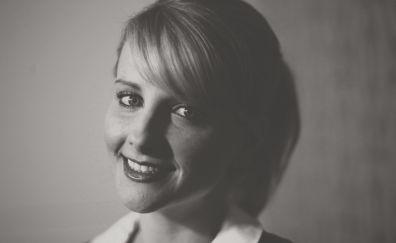 Melissa Rauch, smile, monochrome