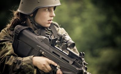 Girl soldier, FN F2000
