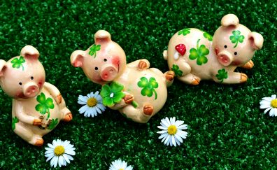 Pig figure, toys, daisy flowers, meadow