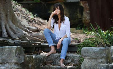 Georgia Fowler, white shirt, jeans, sit, model